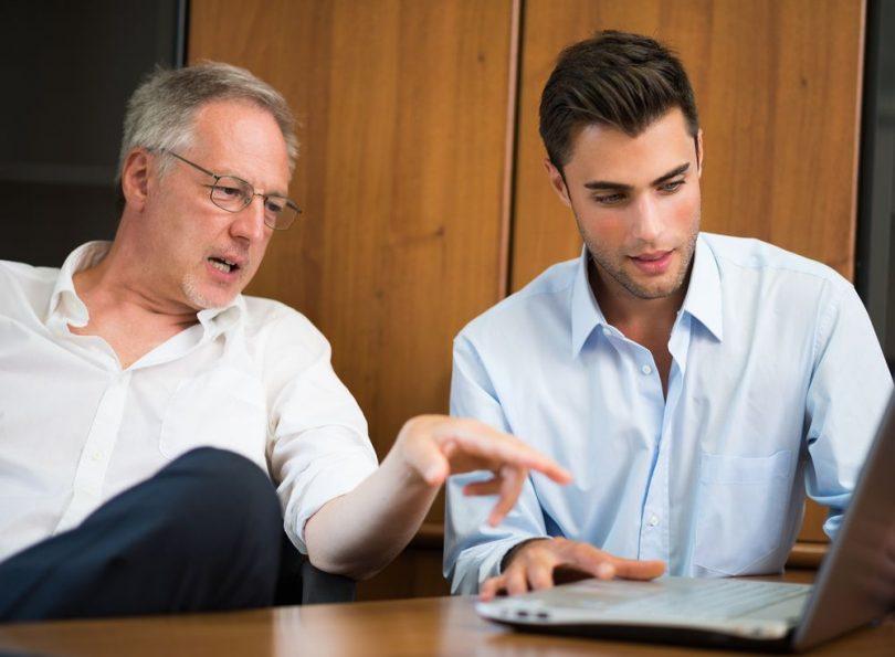 hombre rellenando el certificado de retenciones e ingresos