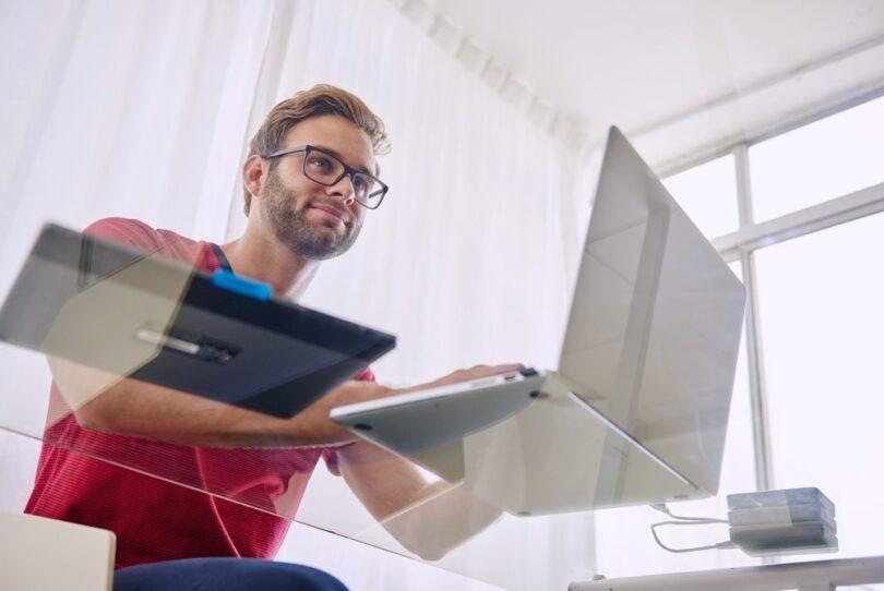 Joven haciendo facturas con su ordenador