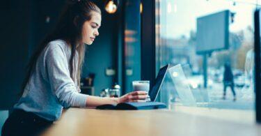 joven trabajando con su ordenador
