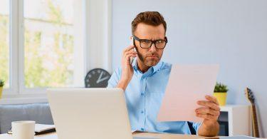 Hombre revisando papeles del seguro para autonomos