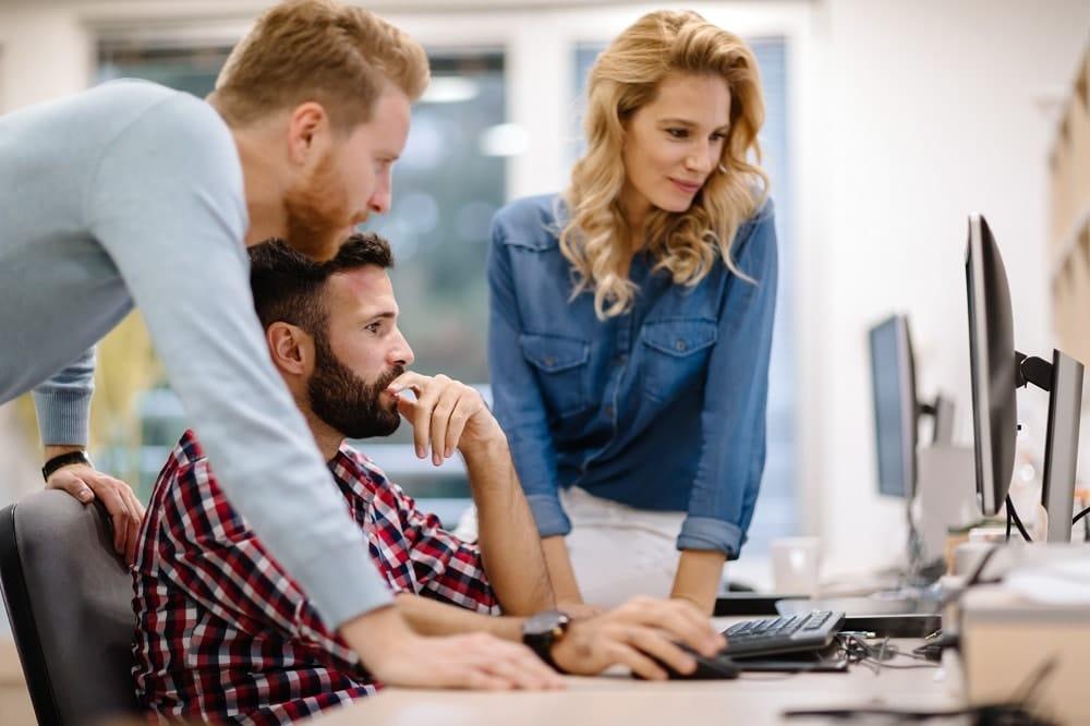 jovenes en una empresa revisando impuestos