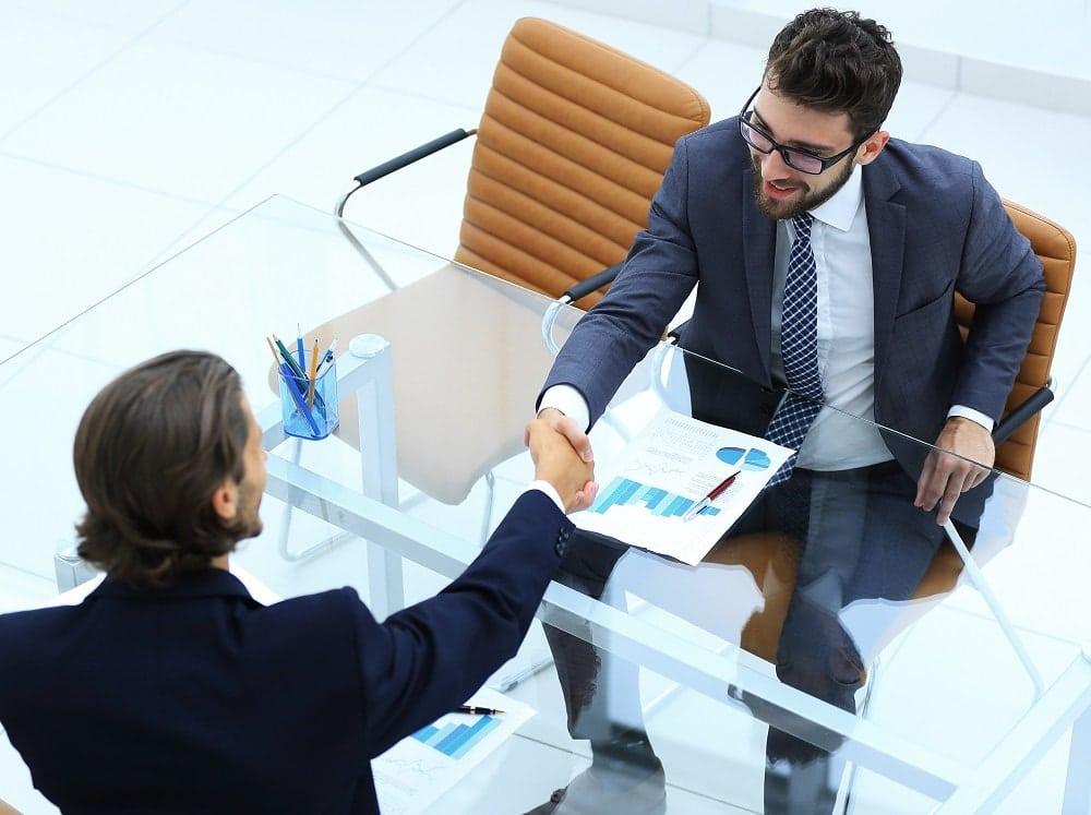 dos personas reunidas hablando de un prestamo
