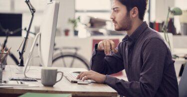 hombre joven trabajando ordenador