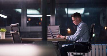 joven trabajando en el ordenador