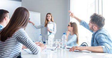 jovenes reunidos en una oficina