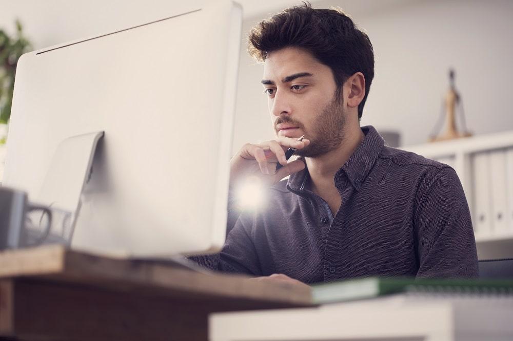 hombre joven trabajando en el ordenador