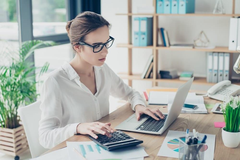imagen de una mujer con una calculadora de sueldo